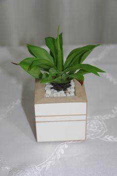 Mini vasinho de planta artificial. Pode ser usado como lembrancinha ou decoração de ambientes R$ 20,00