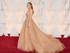 #JenniferLopez in einer umwerfenden Robe von #SalvatoreFerragamo auf dem roten Teppich der #Oscars 2015. http://www.red-carpet.de/fashion-beauty/oscars-2015-cumberbatch-tatum-stars-auf-rotem-teppich-bilder-201549565
