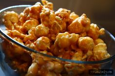 Peanut Butter Popcorn - looks so good that I'll try it tonight! Peanut Butter Popcorn, Peanut Butter Recipes, Gluten Free Snacks, Gluten Free Recipes, Healthy Recipes, Fun Snacks For Kids, Kids Meals, Good Food, Awesome Food