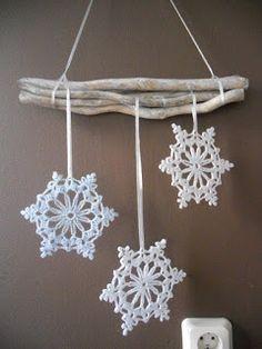 In mijn vorige blog had ik het er al over. Dat ik met nog een kerstversiering bezig was. Het is toch nog op tijd gelukt.        Het zijn 3 s... Crochet Snowflake Pattern, Crochet Stars, Christmas Crochet Patterns, Holiday Crochet, Crochet Snowflakes, Christmas Snowflakes, Christmas Knitting, Crochet Motif, Crochet Doilies