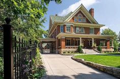 Victorian Manor, Victorian Interiors, Built In Buffet, Old Abandoned Houses, Antebellum Homes, Architecture Old, Classical Architecture, Tudor House, Craftsman Style Homes