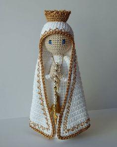 "Nossa Senhora de Fátima abençoe nossa semana! 🙏🙏❤️ "" Se Ela te sustenta, não cairás; se Ela te protege, nada terás a temer; se Ela te… Crochet Christmas Decorations, Christmas Crochet Patterns, Holiday Crochet, Cute Crochet, Crochet Dolls, Knit Crochet, Angel Crafts, Butterfly Baby, Crochet Chart"