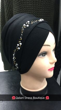 Bonnet turban à enfiler chez Qalam Dress Boutique Turban Hijab, Mode Turban, Evening Gowns Couture, Top Fashion, Dress Neck Designs, Stylish Hats, Turban Style, Head Accessories, How To Wear Scarves