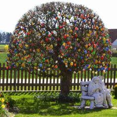 Germania alberi di Pasqua con decorazioni di uova colorate