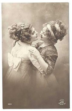 vintage everyday: Secret Lesbians – 16 Romantic Photographs of Queer Women Couples from the Victorian Era Couples Vintage, Vintage Abbildungen, Vintage Lesbian, Vintage Ladies, Vintage Beauty, Vintage Romance, Vintage Humor, Lesbian Love, Lesbian Couples