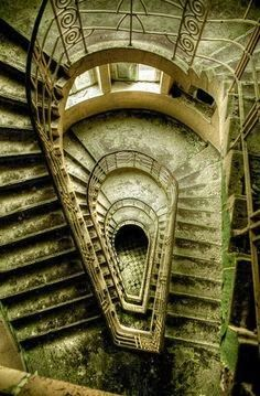 15 of the World's Most Strange Abandoned Places - Holland Island in the Chesapeake Bay, Maryland, USA- Não é o lugar onde se passa o seriado Hannibal? Abandoned Buildings, Abandoned Mansions, Old Buildings, Abandoned Places, Le Havre, Stairway To Heaven, Haunted Places, Stairways, Old Houses