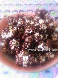 Pop majskorn i kokosolie.Hæld popcornene ud på et stykke bagepapir, en smule salt på og lad dem køle af. Smelt lidt chokolade i vandbad og hæld det over de afkølede popcorn. Rod rundt i dem nogle gange, så chokoladen fordeler sig og lad herefter chokoladen stivne. Det tager temmelig lang tid