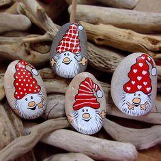 """Gefällt 113 Mal, 12 Kommentare - Reyhan Tetik (@canitinlivingstones) auf Instagram: """"Noel Cüceleri.. #hediye #elboyama #taşboyama #hediyelik #hediyelikeşya #cüce #yılbaşı #yeniyıl…"""""""