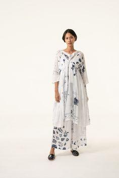 Batik Fashion, Hijab Fashion, Fashion Outfits, Womens Fashion, Kebaya Dress, Hijab Tutorial, Shape And Form, Dress Cuts, Formal Wear