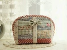 pouch with bow Quilted Handbags, Quilted Bag, Diy Bags Patterns, Japanese Bag, Craft Bags, Patchwork Bags, Fabric Bags, Zipper Bags, Handmade Bags