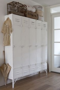 Vintage Industrial Decor - Prepare your heart to these 10 Industrial Style Hallway Ideas. Create and imagine your ideas and don't be afraid to take any risk. Vintage Industrial Furniture, Industrial House, Industrial Style, Industrial Lockers, French Industrial Decor, Ikea Industrial, Industrial Storage, Rustic Furniture, Vintage Lockers