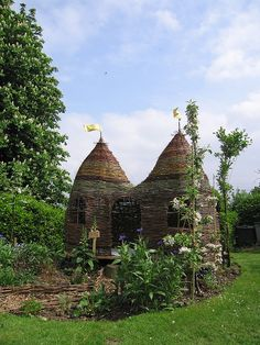 Dreaming Spires Willow Playhouse from Judith Needham. Wattle playhouse so cool. Outdoor Play, Outdoor Spaces, Play Spaces, Garden Structures, Parcs, Dream Garden, Play Houses, Garden Projects, Garden Inspiration