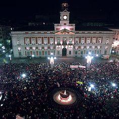La Puerta del Sol de noche.