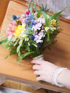 Perfekt für Freigeister und Hippies: ein Brautstrauß aus Wiesenblumen. Dieser farbenfrohe Brautstrauß kombiniert je nach Jahreszeit verschiedene Wiesenblumen zu einem fröhlichen Bouquet für den fröhlichsten Tag im Leben eines Paares.Der Beauty-Countdown zur Hochzeit New Wedding Dresses, Floral Wreath, Wedding Decorations, Countdown, Wreaths, Inspiration, Beautiful, Celine, Beauty
