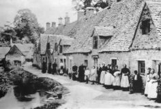 Victorian working class cottages in the Cotswolds. Victorian Street, Victorian Village, Victorian Life, Victorian London, Vintage London, Old London, Old Pictures, Old Photos, Arlington Row