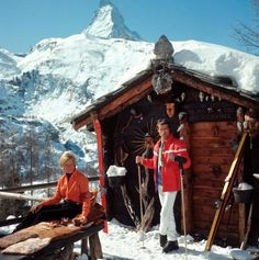 Slimming Skiers outside the Chalet Costi in Zermatt, Photograph by Slim Aarons. - Every prep should have at least ONE of these images framed in their house. 18 vintage photos of the good life by T Slim Aarons, Zermatt, Vintage Ski, Vintage Travel Posters, Vintage Winter, Vintage Style, Palm Springs Houses, Ski Chalet, Chalet Style