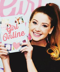 Zoe 'Zoella' Sugg met haar eerste boek: Girl Online! I actually asked fot his for christmas i want it so badly
