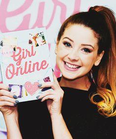Zoe 'Zoella' Sugg met haar eerste boek: Girl Online! I actually asked fot his for christmas i want it so badly