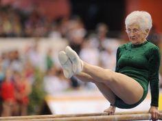 86 ans et la souplesse d'une jeune fille : l'athlète allemande Johanna Quaas a forcé le respect lors d'un show en marge d'une compétition de gymnastique à Cottbus, en Allemagne, le 25 mars 2012. (AFP PHOTO / HANNIBAL HANSCHKE)
