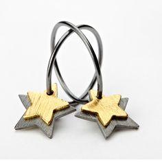 Øreringe med stjerner fra Pernille Corydon. Double star er elegante øreringe i Oxyderet sølv og forgyld sølv. Se flere øreringe og andre smykker fra pernille Corydon.