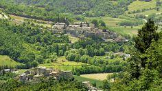 A Sant`Anatolia di Narco secondo la tradizione vissero due santi eremiti provenienti dalla Siria, Mauro e suo figlio Felice. Secondo il mito la gente chiese loro di essere liberata da un drago che con il suo fiato rendevs irrespirabile l'aria. Mauro affrontò il drago e l'uccise. Ancora oggi ci si può recare ad una grotta, dove in un anfratto, oltre il ponte medievale si dice si nascondesse il drago…http://www.lavalnerina.it/comuni/34/Sant%60Anatolia%20di%20Narco.html