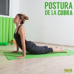 Acuéstate sobre tu vientre, poniendo la barbilla en piso y estirando las palmas debajo de tus hombros. Flexiona las piernas en dirección al pecho, aprieta los muslos y glúteos mientras presionas las palmas contra el piso. Sin usar los brazos, inhala, levanta la cabeza y el pecho, manteniendo el cuello en línea con la columna vertebral. Empuja la parte superior de tu cuerpo hacia arriba, estira los brazos mientras mantienes las caderas, piernas y pies sobre el piso.