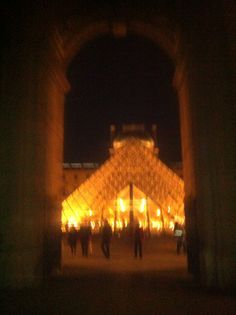 La Pirámide del Museo del Louvre- París