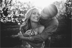 Vivid wedding photography poses - attain super tips out of this photo presentation. Engagement Photo Poses, Engagement Photo Inspiration, Engagement Couple, Engagement Pictures, Engagement Photography, Safe The Date, Foto Fun, Couple Photography Poses, Friend Photography