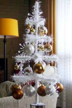 I love feather trees but not the prices. Shopping in the dollar store, this woman found some fuzzy yarn and created this wonderful little tree! I'm so doing this for my dining room.