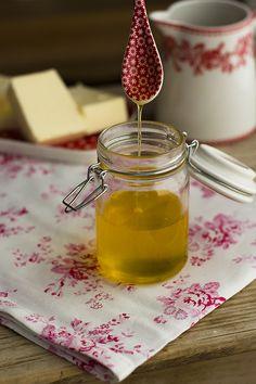 aprende a hacer Ghee o mantequilla clarificada y conoce todos sus beneficios. El Ghee es una grasa tan sana como el aceite de coco y su consumo es buenisimo
