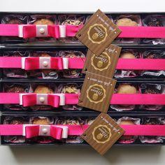 Produzidos com chocolate belga e confeitos de chocolate belga.    - Caixa de papel cartonado e tampa de acetato, com 6 brigadeiros gourmet. Até 1 sabores por caixa.    Decoração de corações feita com pasta americana (opcional)    (Para consultar os sabores disponíveis dos nossos brigadeiros, por ...