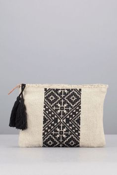 Kreuzstichbeutel aus schwarzem Leinen Sorbonne - Stuff to buy - Dessert Fabric Handbags, Fabric Bags, Potli Bags, Embroidery Bags, Boho Bags, Jute Bags, Cotton Bag, Knitted Bags, Cloth Bags