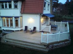 Vil også ha terrasse på to sider av huset :) Pergola Canopy, Diy Pergola, House With Porch, House Front, Outdoor Spaces, Outdoor Living, Outdoor Decor, Unique Gardens, Building A Deck