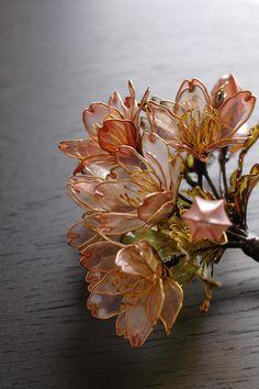 Sakura Hairpin made by Sakae , 2009 Handmade Wire Jewelry, Resin Jewelry, Resin Flowers, Diy Flowers, Cute Jewelry, Hair Jewelry, Asian Hair Ornaments, Fascinator Headband, Plastic Bottle Crafts
