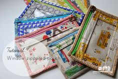 Tutorial: Window Zippered Pouches by quarter inch mark Bag Quilt, Sewing Tutorials, Sewing Patterns, Zipper Pouch Tutorial, Purse Tutorial, Small Sewing Projects, Pouch Pattern, Fabric Bags, Quilted Bag