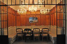 Mesas de comer para: Mexsi Bocu, - Cantina Bistro -, CDMX. El diseño de interiores, el criterio de los materiales, iluminación así como la restauración arquitectónica del espacio estuvo a cargo de @Vertical Arquitectura liderado por el Arquitecto David Pérez Ortega