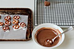 Pretzel S'mores -- Pretzels, Marshmallow Fluff Dipped in Chocolate -- Fun For the Kids to Make! Chocolate Crafts, Kinds Of Cookies, Milk And Honey, Chocolate Fondue, Marshmallow, Sweet Treats, Good Food, Pudding, Sweets