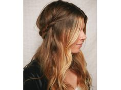 Este look consiste en crear una media cola más desaliñada y depeinada trenzando solo el cabello de los lados y uniéndolo en la parte de atrás. / peinado de novia