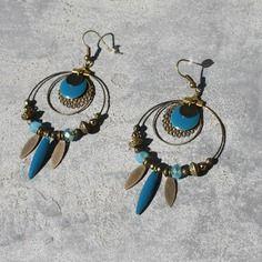 Bijou créateur - boucles d'oreilles créoles bronze antiques plumes lisse perles et breloques sequins émaillés bleu canard
