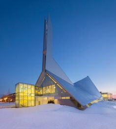 Canada: Quebec church transformed into a library by Dan Hanganu and Côté Leahy Cardas The Monique-Corriveau Library, housed in the Saint-Denys-du-Plateau church Architecture Cool, Architecture Restaurant, Religious Architecture, Library Architecture, Church Interior Design, Church Design, Architecture Religieuse, Church Conversions, Modern Library