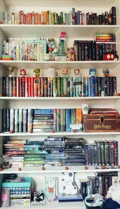 Such an awesome Shelfie I Love Books, Books To Read, My Books, Dream Library, Library Books, Bookshelf Inspiration, Home Libraries, Book Aesthetic, World Of Books