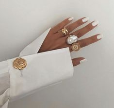 Image in Beauty/Fashion ♡ collection by Darla - Gold Rings / Jewelry Inspo - Gold Rings Jewelry, Simple Jewelry, Jewelry Gifts, Beaded Jewelry, Diy Jewelry, Jewelry Accessories, Fashion Jewelry, Jewellery, Choker Jewelry