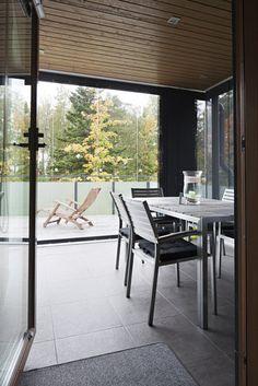 Lasiterassin suojassa voi nauttia kesästä pidempään, lisää ideoita www.lammi-kivitalot.fi