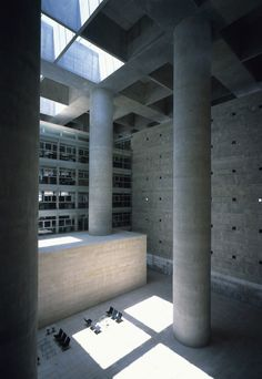 Betonwände und Alabaster im Entwurf Alberto Campo Baeza für Caja Granada Sparkassen