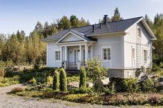 Eevan talo on muokattu ja korotettu malli Kannustalon Aurorasta. Talon takana oleva, metsään päin aukeava lasikuisti on lainattu Rauhala-mallista. Eeva on innokas puutarhuri ja viettää paljon aikaa istutusten parissa