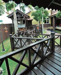 Laluan pelantar kayu yang menghubungkan satu zon ke zon yang lain menyuntik elemen umpama berada di resort peranginan terkenal.