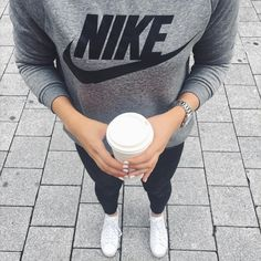 Grey classic Nike Sweater + white sneaker + black skinny jeans / spring outfit / simple capsule wardrobe