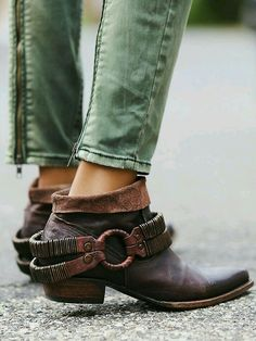 Moto pants and low slung boots. I want both in my life.