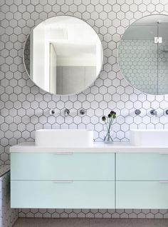 carrelage hexagonal pour mur de salle de bain blanche et meuble suspendu avec double vasque