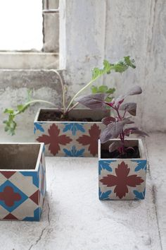 Turning Cement Into Moroccan Style Concrete Planters - Unique Balcony & Garden Decoration and Easy DIY Ideas Concrete Planters, Diy Planters, Planter Pots, Outdoor Flowers, Faux Flowers, Vases, Garden Spaces, Balcony Garden, Deco Table
